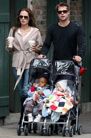 Brad Pitt y Angelina Jolie pasean con sus hijas